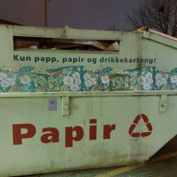 Om å kaste papir i papircontaineren på parkeringsplassen